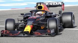 Max Verstappen rueda en su Red Bull en el circuito de Sakhir.
