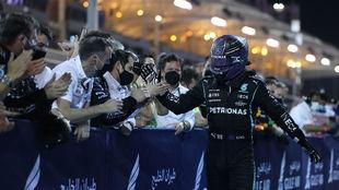 Lewis Hamilton, celebrando la victoria con su equipo.