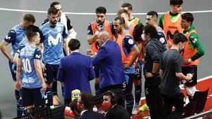 Tino Pérez da instrucciones a sus jugadores durante un tiempo muerto.