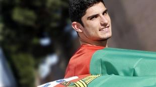 Gonçalo Guedes con una bandera de Portugal en un reportaje con MARCA.