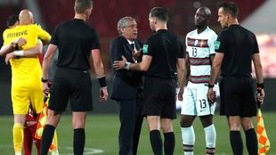 Fernando Santos dialoga con Danny Makkelie tras el partido.
