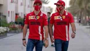 Sainz y Leclerc en el 'paddock' del circuito de Sakhir en...