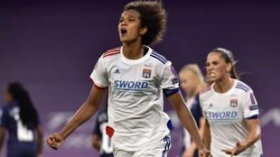Wendie Renard, capitana del Olympique Lyonnais, celebra un gol en...