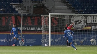 Pinchi celebra el segundo gol que marcó a Manolo Reina