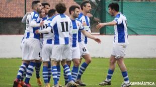 Los jugadores de la Gimnástica de Torrelavega celebran un gol.