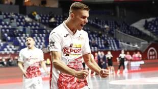 Alberto García celebra un gol con ElPozo en la Copa de España