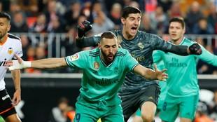 Benzema y Courtois celebran un gol al Valencia en Mestalla