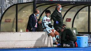 Joao Félix es atendido en el tobillo derecho tras ser sustituido.