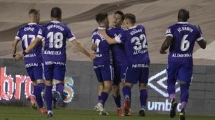 Los jugadores del Sporting abrazan a Pedro Díaz tras marcar su golazo...