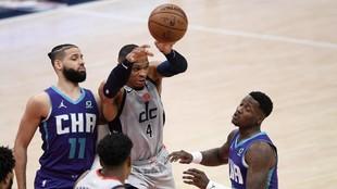 Westbrook trata de dar un pase ante la defensa de Martin y Rozier.