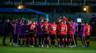 La plantilla del Mallorca hace piña durante un partido.