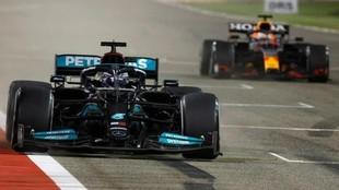 Hamiltin cruza ganador por delante de Verstappen en el GP de Bahréin...