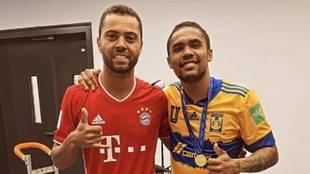 Carioca junto a Douglas Costa al término del Bayern vs Tigres