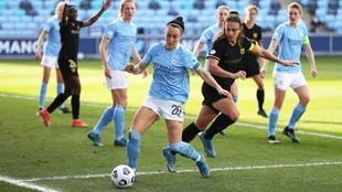 Lucy Bronze y Alexia Putellas pujan por un balón en Manchester.