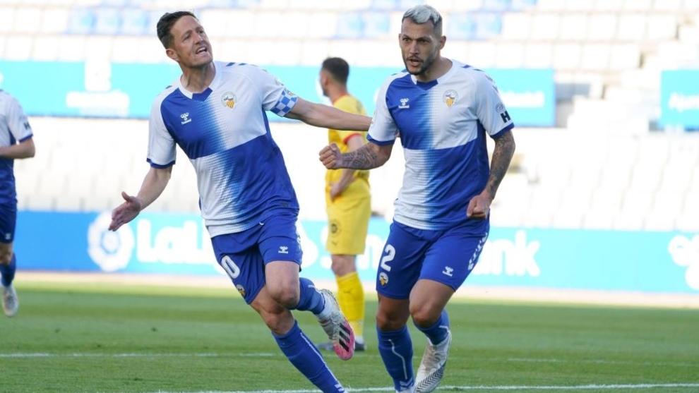 Stoichkov  celerba su gol con su compañero Edgar Hernández