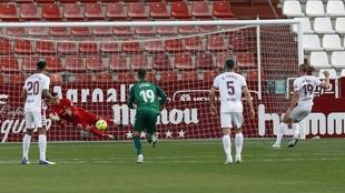 Whalley , parándose el penalti que le lanzó Ortuño