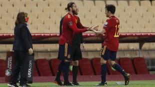 Sergio Ramos ingresa en el terreno de juego en sustitución de Eric...