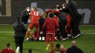 La alegría macedonia tras el triunfo.