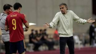 Luis Enrique habla con Gerard Moreno antes de su entrada al terreno de...