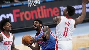 Kyrue Irving trata de superar a Jae'Sean Tate en el Nets vs...