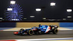 Fernando Alonso, sobre el Alpine, en Bahréin.