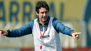 Unai Emery durante un entrenamiento del Valencia.
