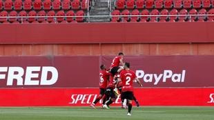 Los jugadores del Mallorca abrazan a Raíllo tras marcar al Leganés