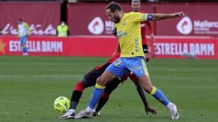 Dani Castellano pugna por un balón en el partido ante el Mallorca.