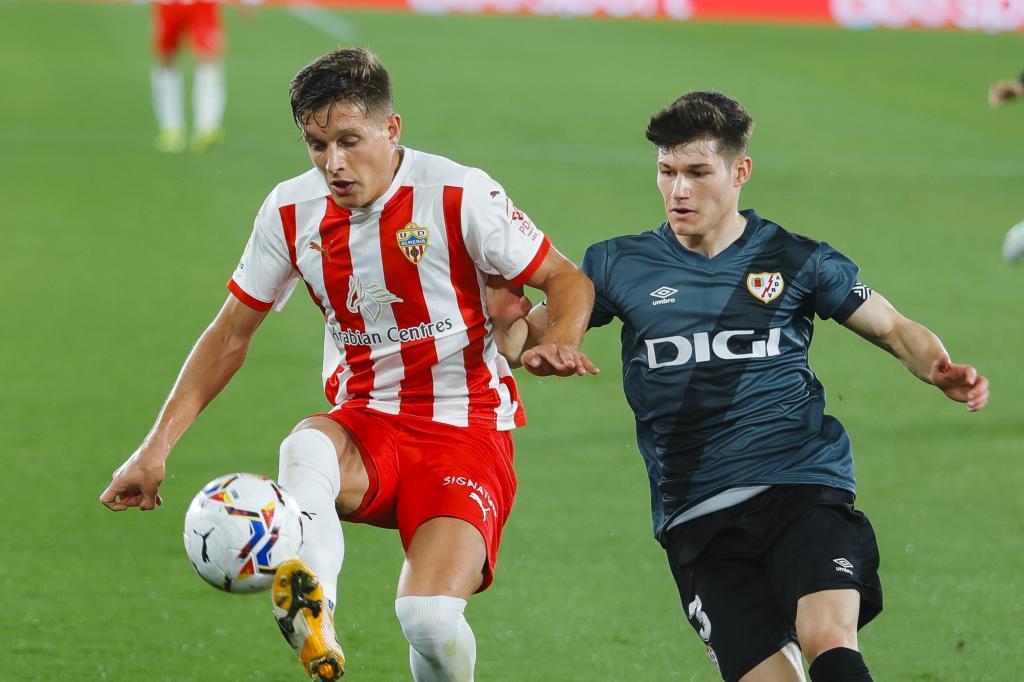 Corpas intenta controlar el balón ante la presión del lateral Fran García