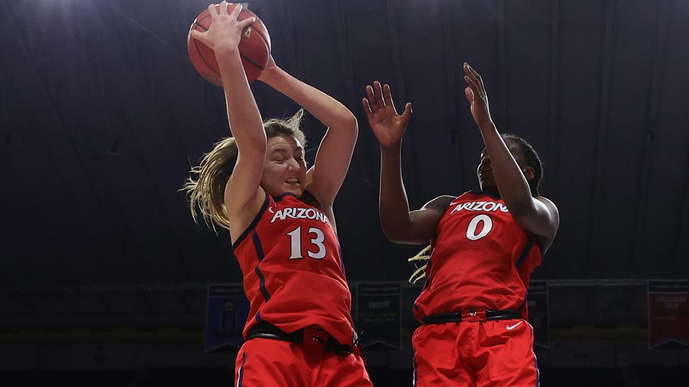 Helena Pueyo captura un rebote ante UConn en la Final Four de la NCAA