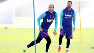 Mingueza y Messi, durante una sesión de entrenamiento.