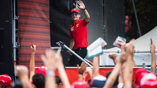 Leclerc saluda a los 'tifosi'.