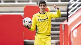 Gerard Moreno posa a la conclusión del partido con el balón con el...