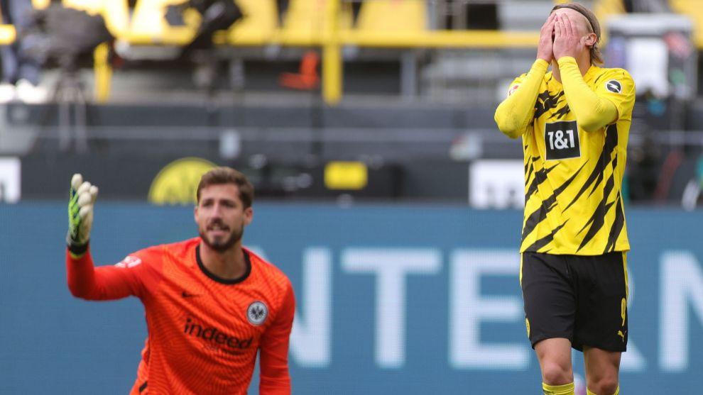 Trapp, del Eintracht, con Haaland lamentándose.