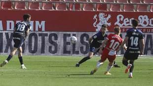 Con este derechazo Samu Sáiz marcó el segundo gol del Girona y... se...