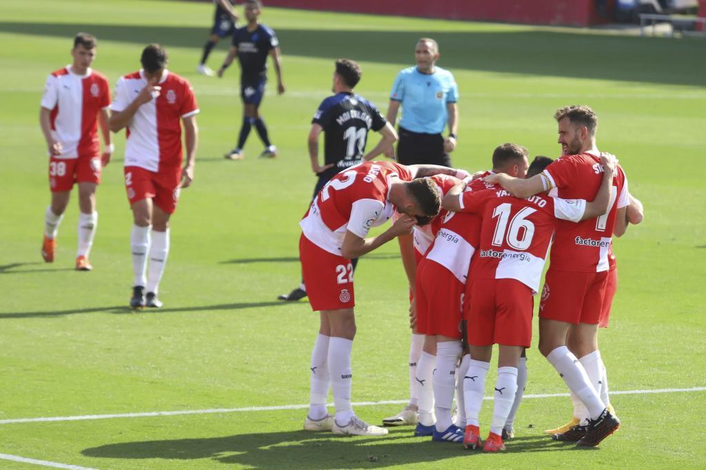 Los jugadores del Girona celebran el primer gol, el de Stuani antes...