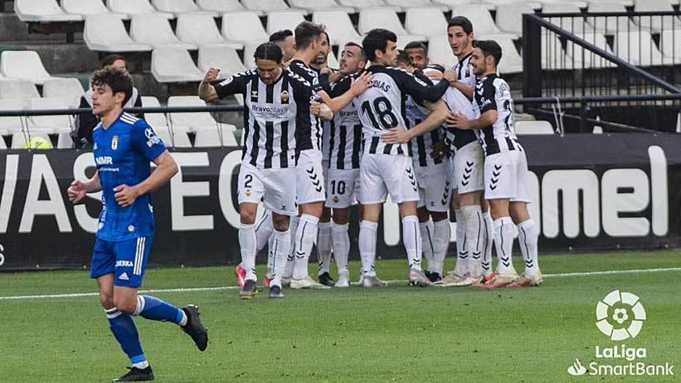 Los jugadores del Castellón celebran el único gol del partido ante...