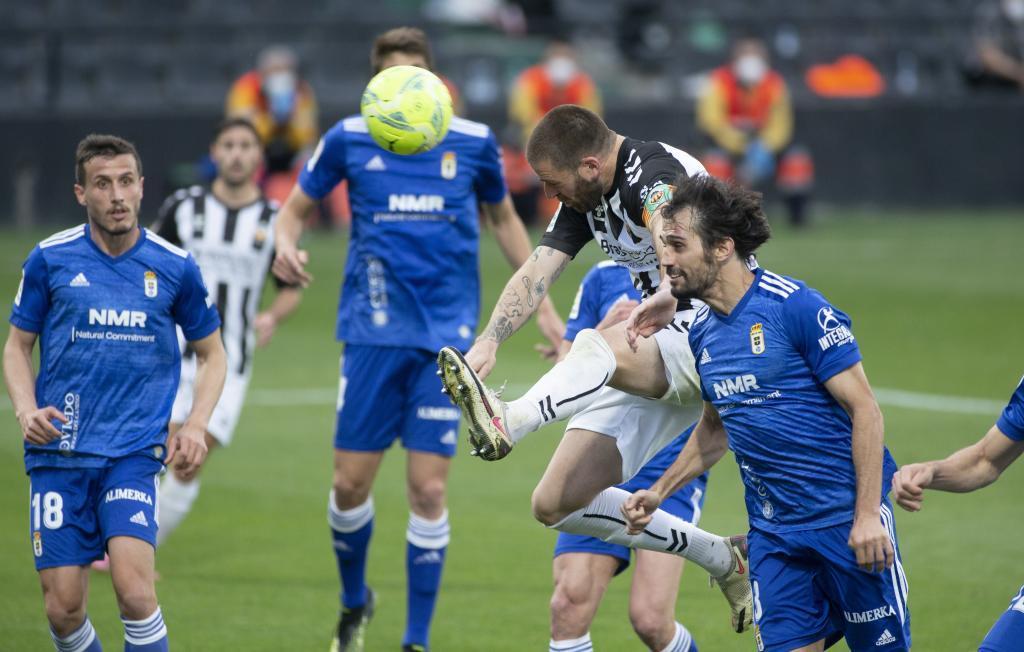Arribas, tras cabecear ante Gálvez, el balón que acabó dentro de su...