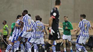 Los jugadores de la Real Sociedad festejan el gol de Oyarzabal