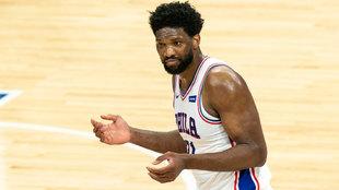 Joel Embiid mira al árbitro durante el partido entre los Sixers y los...