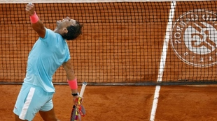 Rafael Nadal celebra su decimotercer título en la tierra de Roland...