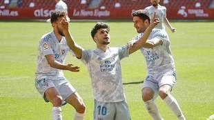 Moha Ezzarfani celebra el gol del empate del Mirandés, que acabó...