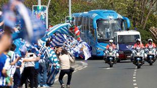 Aficionados de la Real esperando el paso del autocar de los campeones.