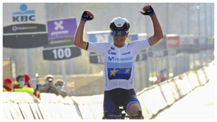 Annemiek Van Vleuten levanta los brazos al cruzar la línea de meta en...