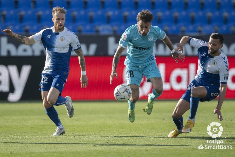 Róber Ibáñez, autor del segundo gol, entre Pierre Cornud y Grego...