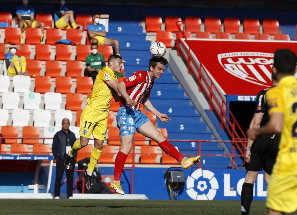 Manu Barreiro y Yanis Rahmani disputan un balón aéreo en el Anxo...