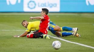 Jesé, autor de la asistencia del empate, cae al suelo ante Fran...