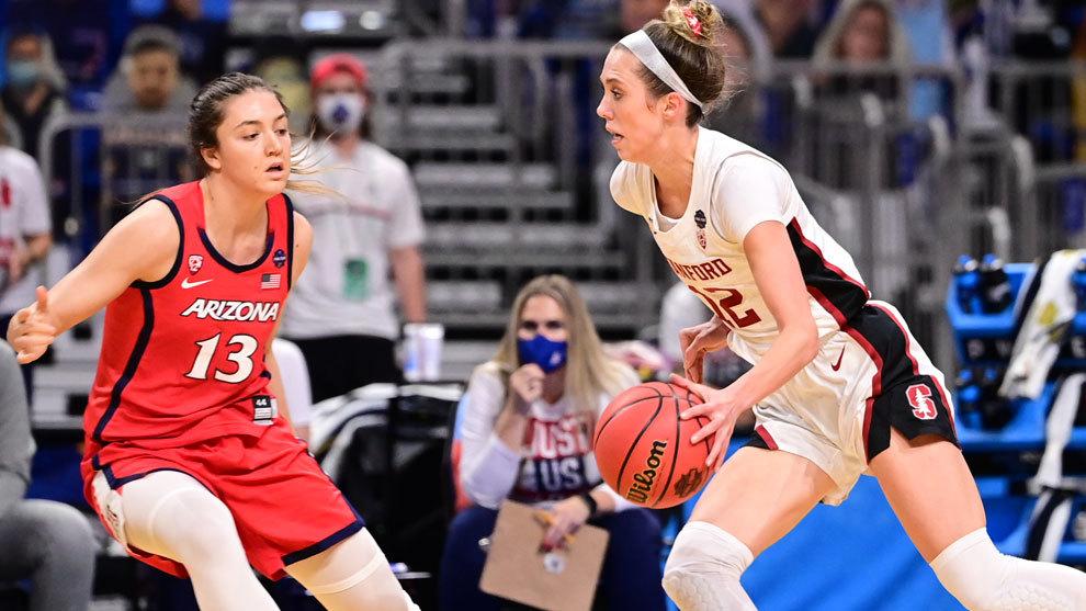 La española Helena Pueyo defiende a Hull, jugadora de Stanford