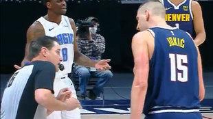 Nikola Jokic protesta al árbitro del Nuggets-Magic