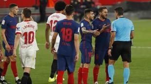 Los jugadores del Atlético protestan una decisión de Gil Manzano.